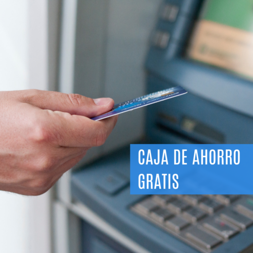 Persona con una tarjeta de débito en la mano y a punto de ingresarla al cajero automático ATM.